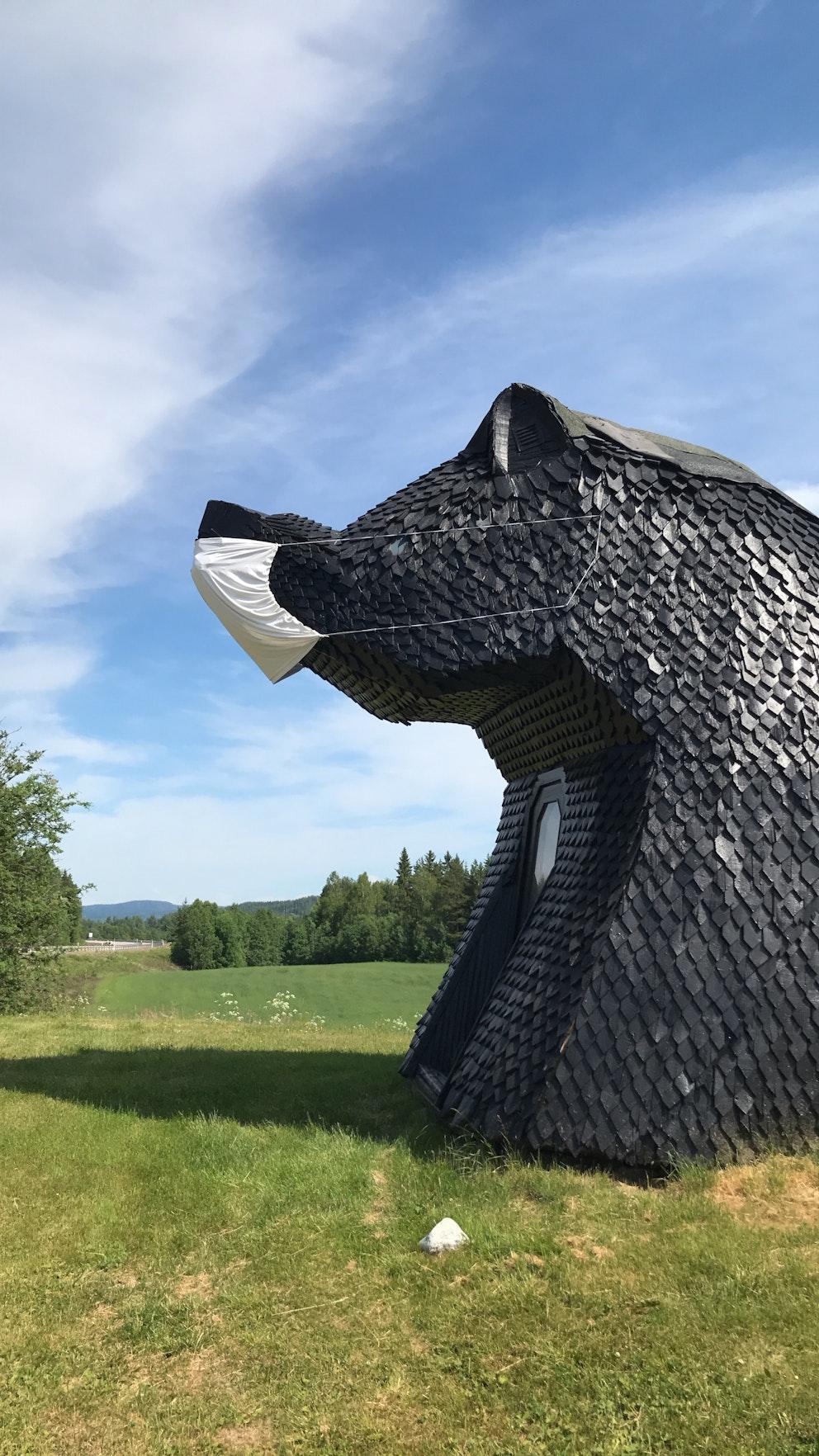 Bild på björnstugan i Ullånger som fått ett jättelikt munskydd på nosen.