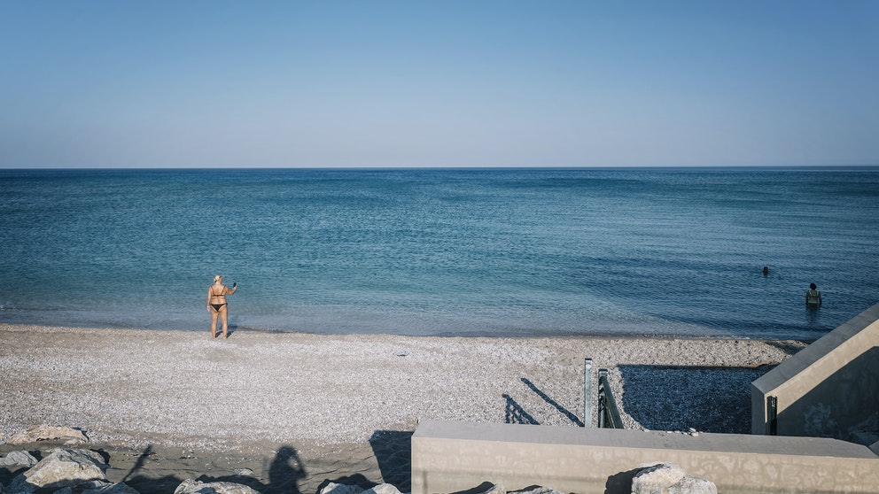 En turist i Kolymbia, Rhodos 2020. Foto: Stina Stjernkvist/TT